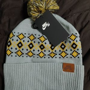 New Nike SB Skateboarding Pom Beanie Hat Gray